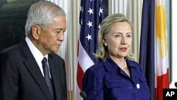 US Secretary of State Hillary Clinton (r) and Philippines Foreign Secretary Albert del Rosario at the State Department in Washington, Jun 23, 2011