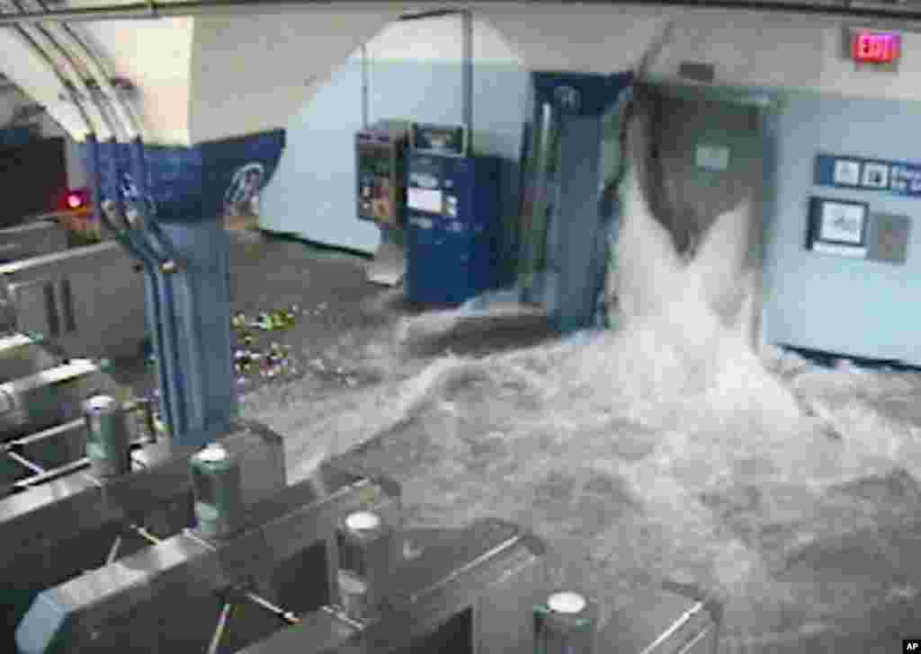 Вода прорвалась на станцію метро