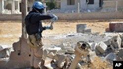 公民記者片顯示2013年8月聯合國人員在現場取樣調查。