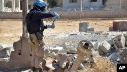 지난 해 8월, UN 조사관이 화학무기가 사용된 것으로 의심되는 시리아 다마스쿠스 외곽에서 토양 샘풀을 채취하고 있다.