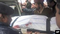 巴基斯坦警方將巴蒂的遺體運送離開