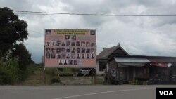 Baliho DPO Teroris Poso yang diburu dalam Operasi Tinombala 2016 di Desa Wuasa, Lore Tengah, Kabupaten Poso, Sulawesi Tengah (Foto: VOA/ Yoanes)