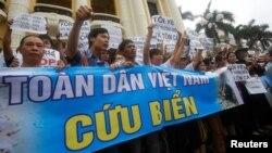 Người biểu tình cầm biểu ngữ phản đối doanh nghiệp Đài Loan Formosa và các thông điệp về môi trường, Hà Nội, Việt Nam, ngày 1 tháng 5 năm 2016.