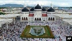 Jamaah Muslim di Aceh melakukan salat Idul Fitri di Masjid Raya Baiturrahman hari Minggu (24/5).