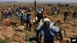 Des mineurs en grève à la mine Ashanti AngloGold, en Fochville près de Johannesburg, en Afrique du Sud, le jeudi 18 octobre 2012. (AP Photo / Themba Hadebe)
