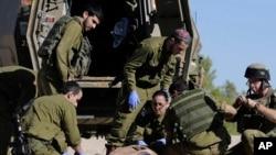 Un civil soigné après avoir été blessé près de la frontière entre Israël et la Bande de Gaza
