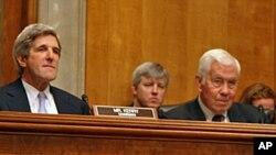 参议员克里(左)主持听证