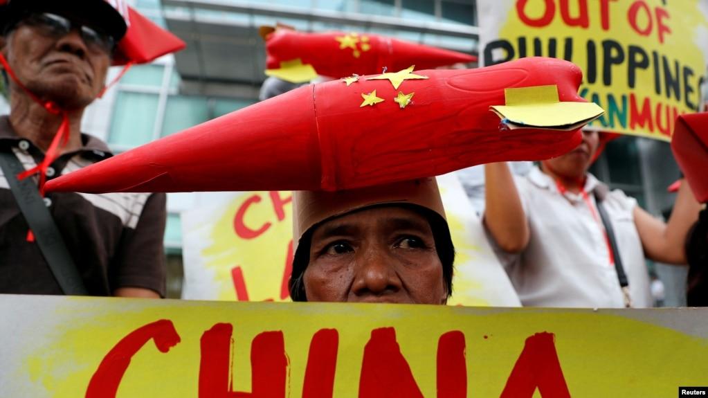 Một người biểu tình đội mũ gắn hình tên lửa của Trung Quốc trong cuộc biểu tình ngày 10/2/2018 chống các hoạt động xây dựng của Bắc Kinh ở Biển Đông.