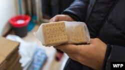 북한 주민이 유엔 세계식량계획(WFP)이 제공한 영양비스킷을 들고 있다.