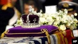 "Berlian Koh-i-noor, atau ""gunung cahaya,"" pada mahkota ibu suri Ratu Elizabeth. (Foto: Dok)"