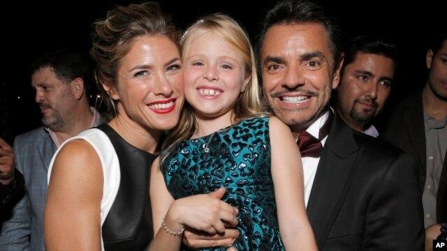 """Jessica Lindsey (izquierda), Loreto Peralta y Eugenio Derbez en el estreno de la película """"Instructions Not Included"""" ."""