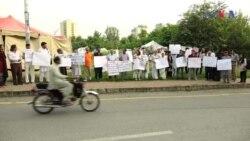 عاطف میاں کو اقتصادی مشاورتی کونسل سے الگ کرنے کے خلاف احتجاجی مظاہرہ