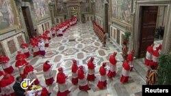 Các Hồng Y đi vào nhà nguyên Sistine để bắt đầu cuộc bầu chọn giáo hoàng