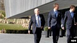 سپ بلاتر رئیس سابق (چپ) و جروم والکه دبیرکل برکنار شده (وسط) فدراسیون بین المللی فوتبال، فیفا - آرشیو