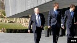 Joseph S. Blatter, président de la FIFA, à gauche, Jérôme Valcke, Secrétaire Général de la FIFA, au centre, et Nicolas Maingot, responsable de la communication de la FIFA arrivent au lieu d'une conférence de presse à Zurich, Suisse, 19 mars 2010. epa/ ALE