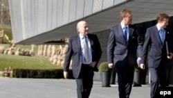 世界足联主席布拉特(左)抵达苏黎世参加新闻发布会