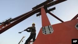 """中国建造高铁搞""""大跃进""""之后,隐患开始出现。图为安徽合肥一名工人1月4日在进行高铁的高架桥施工"""