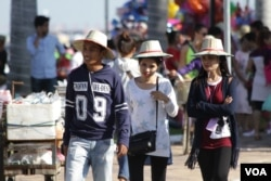Local tourists are walking by the riverside on the first day of water festival 2016. (Aun Chhengpor/VOA Khmer)