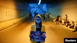 一位抗議者舉著一名被打傷的抗議者的圖片,要求香港特首林鄭月娥辭職以及香港政府撤回《逃犯條例》修訂方案。(2019年6月17日)