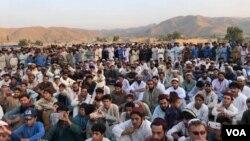 شمالی وزیرستان کے گاؤں علی خیل میں ہونے والے ایک انتخابی جلسے میں لوگ جمع ہیں۔