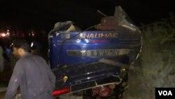 ٹرین سے ٹکرانے کے بعد بس کے کئی ٹکڑے ہو گئے۔ 28 فروری 2020