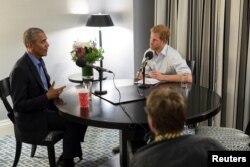 지난 9월 영국의 해리 왕자(오른쪽)가 바락 오바마 전 대통령을 인터뷰한 내용을 27일 BBC 라디오 방송이 공개했다.