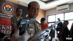 Kapenum Polri Brigjen Boy Rafli Amar dengan senjata rakitan sitaan dari Tambora Jakarta dan Beji depok (Foto: VOA/Andylala).