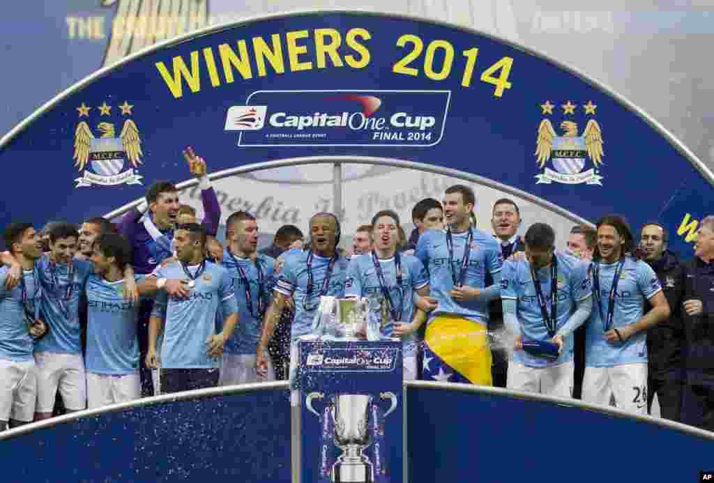 'Yan wasan Manchester City su na murna rike da kofin Lig na Ingila