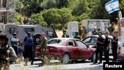 以色列士兵聚集在基亚特·阿巴定居点入口处,他们开枪击毙了一名开车撞击以色列人车辆的巴勒斯坦妇女。(2016年6月24日)