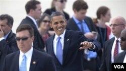 Obama melambai kepada para pendukungnya saat tiba di bandara Grand Rapids, Michigan (11/8)