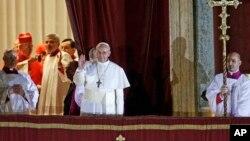 教宗弗朗西斯在阳台上对群众挥手致意