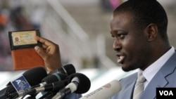 Perdana Menteri Guillaume Soro menunjukan kartu identitasnya saat berpidato di Bouake. (Foto: Dokumentasi)