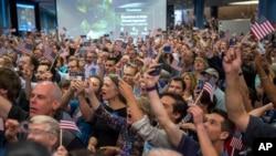 ناسا: شائقین خوشیاں مناتے ہوئے
