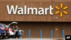 Seorang pembeli memasukkan belanjaan setelah belanja di sebuah toko Walmart di Pittsburgh, 22 Februari 2018.
