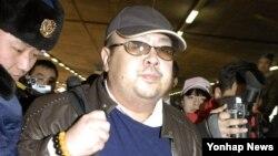 Kim Džong Nam na aerodromu u Pekingu u februaru 2007. godine