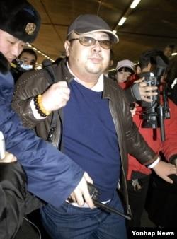 2007年2月,朝鲜领导人金正恩的长兄金正男在北京国际机场。(资料照片)