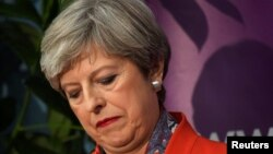 英国首相特蕾莎·梅在英国梅登黑德的投票站等待选票结果(2017年6月9日)