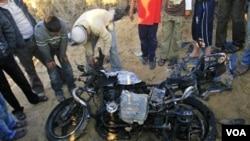 Sepeda motor milik seorang militan Palestina yang terkena tembakan pesawat Israel dekat Khan Younis, 11 Januari 2011.