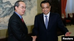 Vietnam's Deputy Prime Minister Nguyen Thien Nhan (L) shakes hands with Chinese Premier Li Keqiang during a meeting at the Zhongnanhai compound in Beijing, May 10, 2013.