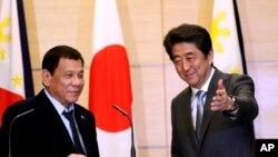 Tổng thống Philippines Rodrigo Duterte (trái) và Thủ tướng Nhật Bản Shinzo Abe sau một buổi họp báo chung ở Tokyo, ngày 26 tháng 10 năm 2016.