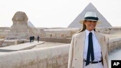 Đệ nhất Phu nhân Mỹ Melania Trump thăm tượng nhân sư Sphinx, tại khu vực Kim Tự Tháp Giza ở Giza, gần Cairo, Ai Cập, ngày 6/10/2018.