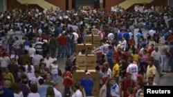 Warga San Salvador menunggu giliran memberikan suara dalam pemilihan presiden (9/3). (Reuters/Jessica Orellana)