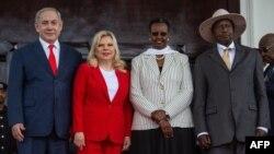 Rais wa Uganda Yoweri Museveni (kulia) na mkewe Janet Museveni (wapili kulia) wakiwa na Waziri Mkuu wa Israeli Benjamin Netanyahu (kushoto) na mkewe Sara Netanyahu (wapili kushoto), ikulu ya rais Entebbe, Uganda, Februari 3, 2020. (Photo b