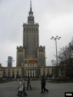 紅軍沒有給波蘭帶來自由。 華沙市中心二戰結束後建造的斯大林式建築,著名的文化科學宮。 (美國之音白樺攝)