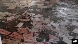 نائیجیریا کے قصبے موبی میں ایک مسجد میں بوکو حرام کے خودکش حملے کے بعد خون بکھرا ہوا ہے۔