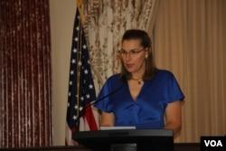 អ្នកស្រី Joanna Athanasopoulos Owen ប្រធានអង្គការ AAFSW (Associates of the American Foreign Service Worldwide) ថ្លែងសុន្ទរកថាក្នុងពិធីផ្តល់រង្វាន់ SOSA (The Secretary of State Award for Outstanding Volunteerism Abroad)នៅក្រសួងការបរទេសអាមេរិកក្នុងរដ្ឋធានីវ៉ាស៊ីនតោនកាលពីថ្ងៃទី២០ខែវិច្ឆិកាឆ្នាំ២០១៩។ (សាយ មុន្នី/VOA)