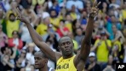 Usain Bolt de la Jamaïque lève les mains après sa victoire aux qualificatifs pour les demi-finales de 100 mètres-messieurs des Jeux Olympiques d'été de 2016 au stade olympique à Rio de Janeiro, au Brésil, 13 août 2016.