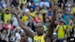 Usain Bolt de la Jamaïque court à côté de James Dasaolu de la Grande-Bretagne lors de 100 mètres-messieurs aux Jeux Olympiques d'été de 2016 au stade olympique à Rio de Janeiro, au Brésil, 13 août 2016.
