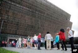 Para pengunjung antre di depan pintu masuk Museum of African American History di Washington DC sebelum pandemi (foto: dok).