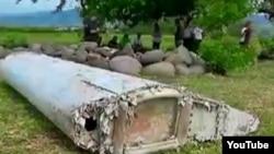 Um dos pedaços que poderão ser do MH370